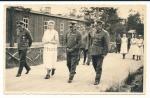 Ritterkreuzträger General des Heeres mit Offizieren und Krankenschwester